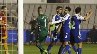 Ian Mackay es felicitado por sus compañeros tras parar el penalti a...
