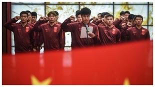El capitán Hao Junmin lee un discurso delante de sus compañeros...