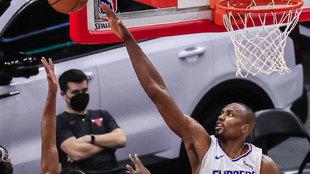 Serge Ibaka, de Los Angeles Clippers, tapona un lanzamiento de los...