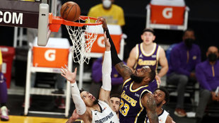 LeBron James, de Los Angeles Lakers, machaca el aro de los Memphis...