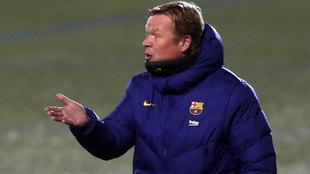 Ronald Koeman, técnico del Barcelona, da instrucciones a sus...