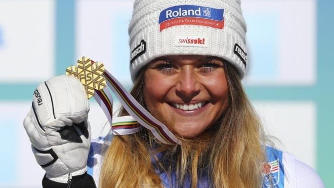 La suiza Corinne Suter posa con la medalla de oro en descenso.