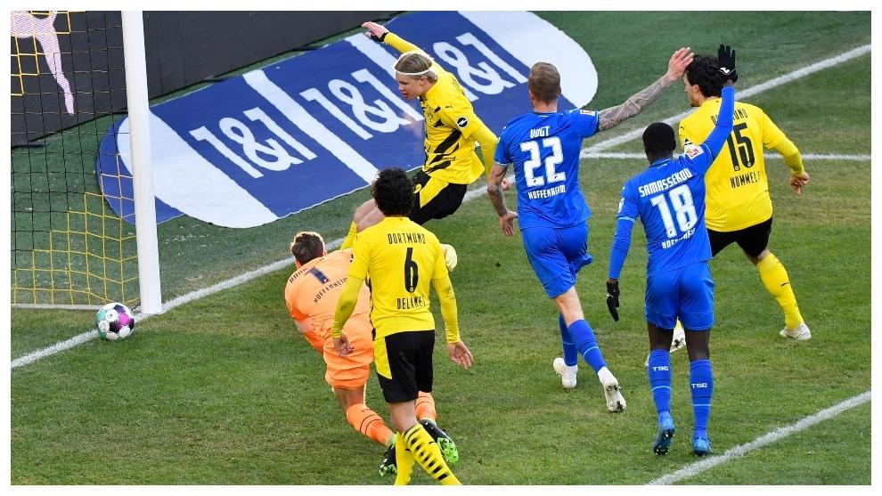 Erling Haaland marca un gol que le sería anulado por fuera de juego.