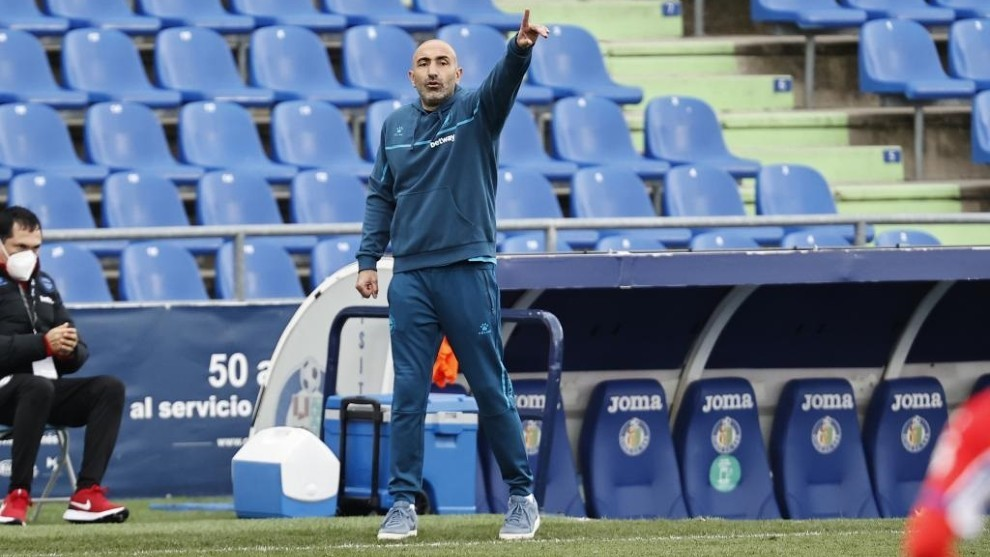 Abelardo dando instrucciones a su equipos.