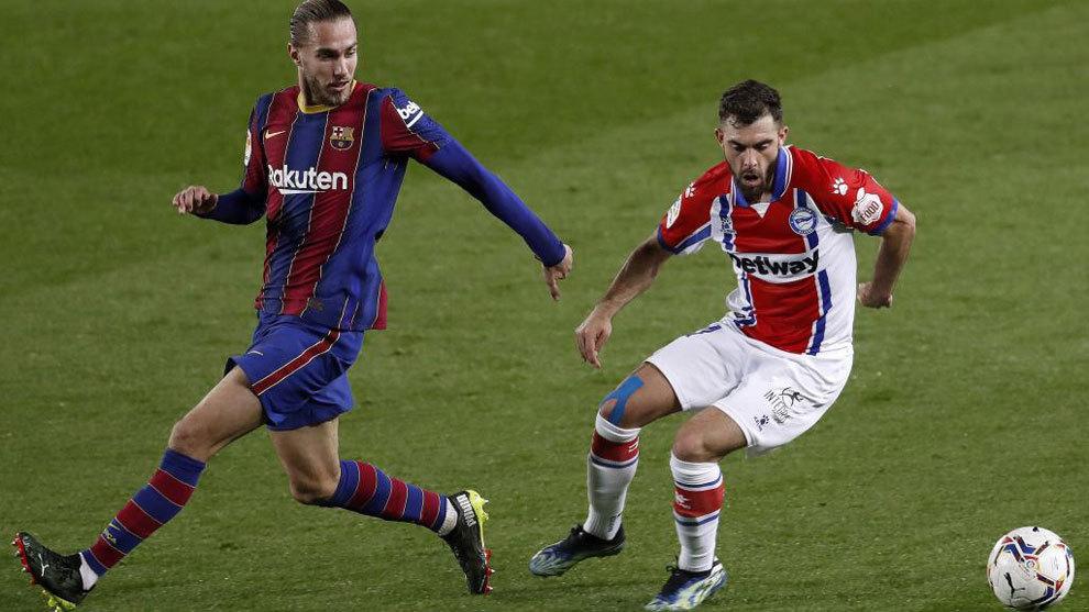 Mingueza y Luis Rioja disputan un balón