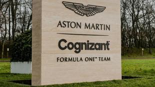En la sede de Aston Martin F1 aparece Cognizant como parte del nombre...