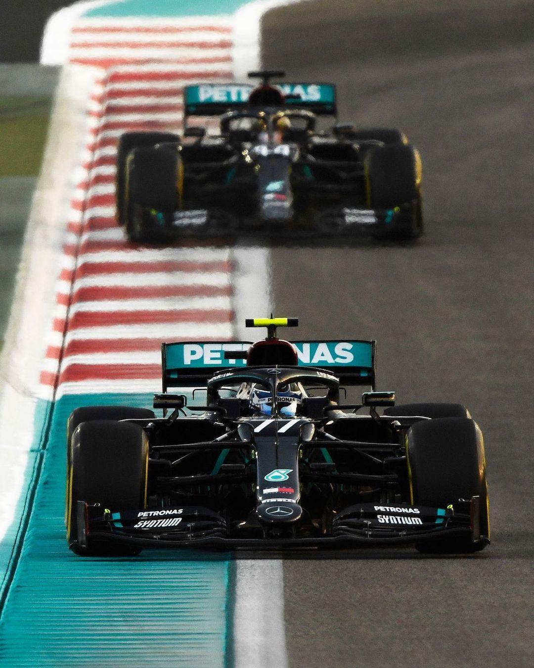 Bottas y Hamilton, al volante del W11.