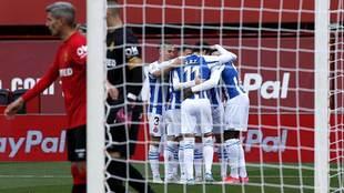 Los blanquiazules celebran el decisivo gol de Dimata ante la...