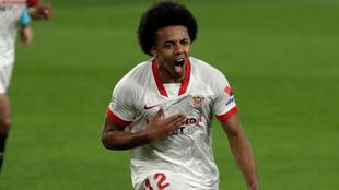 Jules Koundé (22) celebra su gol ante el Barcelona en la Copa del...