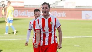 Juan Villar celebra uno de sus dos goles a Las Palmas