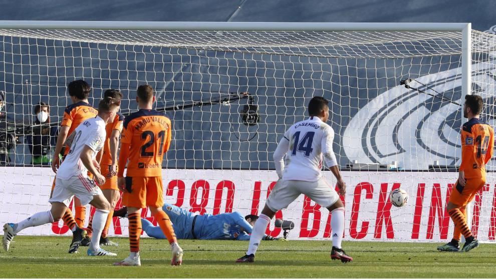 Kroos sigue la trayectoria del balón en el segundo tanto del Real...