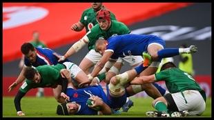 Francia e Irlanda pugnan por un balón en Dublin