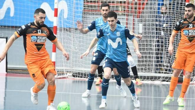 Giasson y Lucas Trípodi disputan un balón.