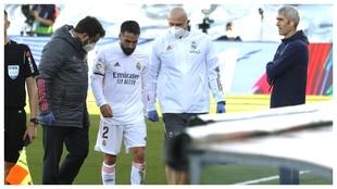 Carvajal abandona el campo tras lesionarse ante el Valencia.