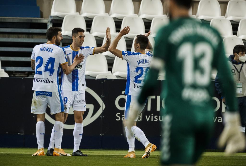 Sabin Merino celebra con sus compañeros el gol de la sentencia