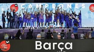 Pierre Oriola levanta el trofeo de la Copa del Rey.