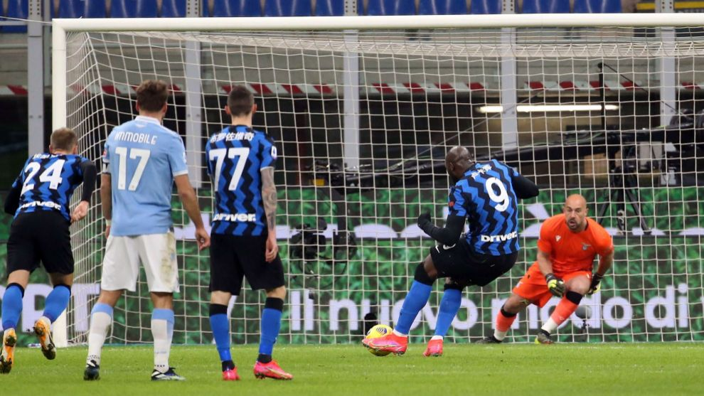 Lukaku, marcando el penalti del 1-0 ante Pepe Reina.