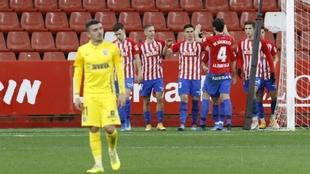 Djurdjevic celebra el gol junto a sus compañeros y ante la...
