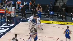 Nikola Jokic lanza por encima de LeBron James en el partido ante los...