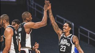 Ibaka y Lou Williams se felicitan tras la victoria de los Clippers
