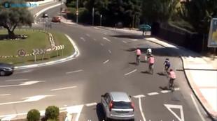 Un grupo de ciclistas se incorpora a una rotonda y señalizan un giro...