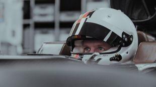 Sebastian Vettel, haciéndose su asiento en Aston Martin.