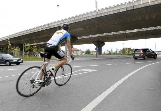 Un ciclista se dispone a incorporarse a una rotonda.