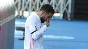 Dani Carvajal, retirándose tras caer lesionado ante el Valencia