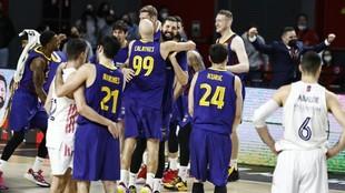Los jugadores del Barcelona celebran el título tras haber derrotado...