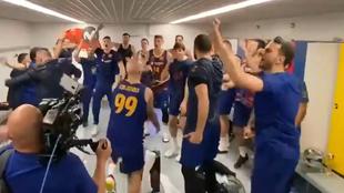La plantilla del Barcelona celebra el título copero por todo lo alto