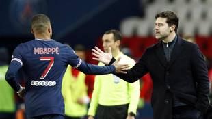 Pochettino saluda a Mbappé tras ser sustituido en un partido del PSG.