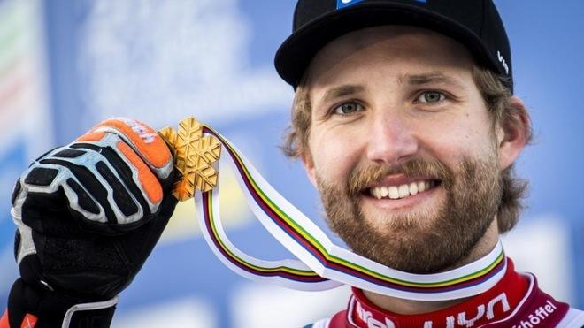 Marco Schwarz posa con su medalla de oro en la combinada de Cortina...
