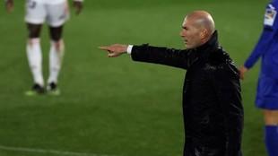 Zineidine Zidane, dando instrucciones durante el partido ane el Getafe...