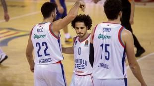 Los jugadores del Anadolu Efes, Micic, Larkin y Sanli, celebran una...