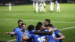 Los jugadores del Fuenla celebran el segundo gol; los del Castellón...