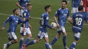 Tejera, con el balón, celebra el gol que marcó con sus compañeros