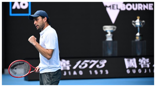 Aslan Karatsev celebra un punto frente a Grigor Dimitrov.