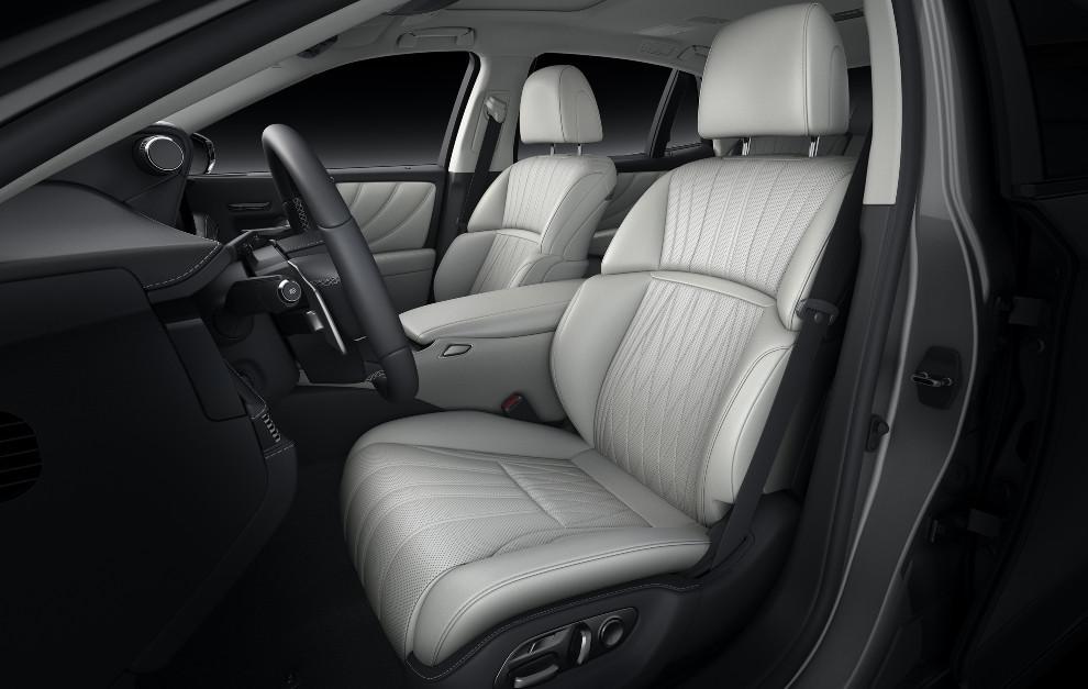 Los asientos delanteros tienen un nuevo acolchado y unas costuras más profundas para sujetar mejor el cuerpo.