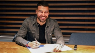 Alexander González firmando su renovación en La Rosaleda