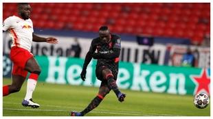 Sadio Mané marca el 0-2 del Liverpool ante el RB Leipzig.