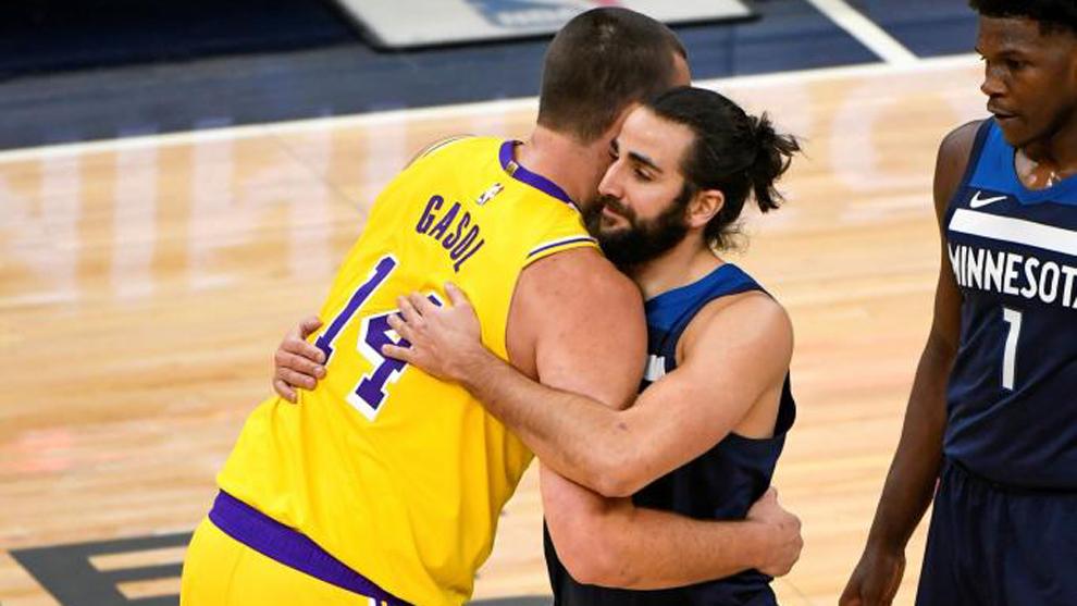 Marc Gasol, de los Lakers, abraza a Ricky Rubio, de los Timberwolves