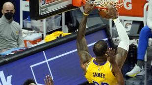 LeBron James, jugador de Los Angeles Lakers, machaca en el partido...