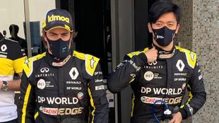 Fernando Alonso y Guanyu Zhou.