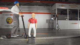 Simulación del choque de un patinete eléctrico con un niño a 25...
