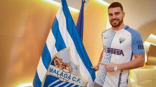 Alexander González, junto a la bandera del club de Martiricos