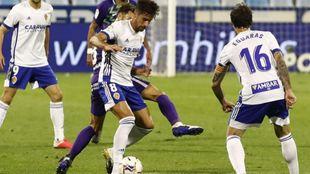 Adrían conduce el balón en el partido de octubre ante el Málaga, su...
