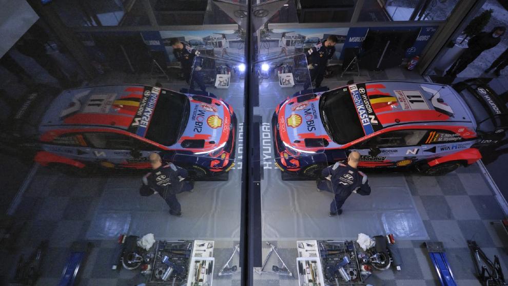 El i20 Coupé WRC de Neuville dentro del área de asistencia durante...