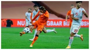 Hans Hateboer despeja un balón ante Asensio durante el...