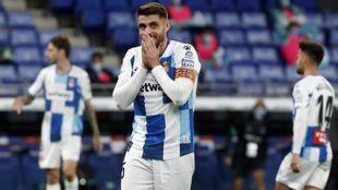 Curioso gesto de David López durante un partido en el RCDE Stadium