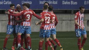 'Puma' Rodríguez es felicitado por sus compañeros tras su...